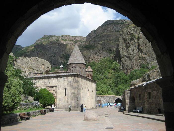 Tu viện Geghard và quang cảnh thung lũng Azat