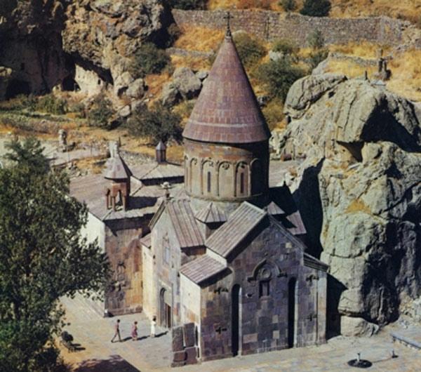 Tổng thể cả tu viện được khắc chìm trong đá