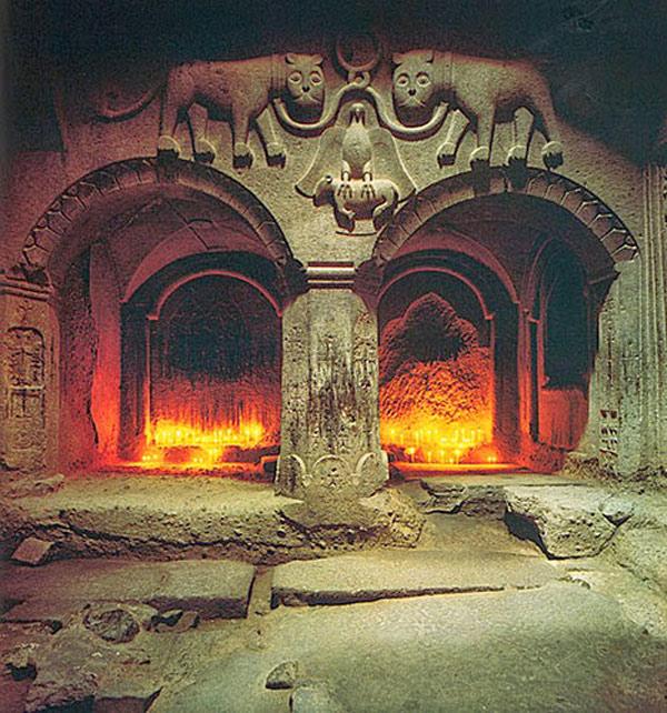Những chạm khắc tinh xảo bên trong tu viện với cột và mái vòm đá cùng với những bức tường được chạm nhiều hình tượng.