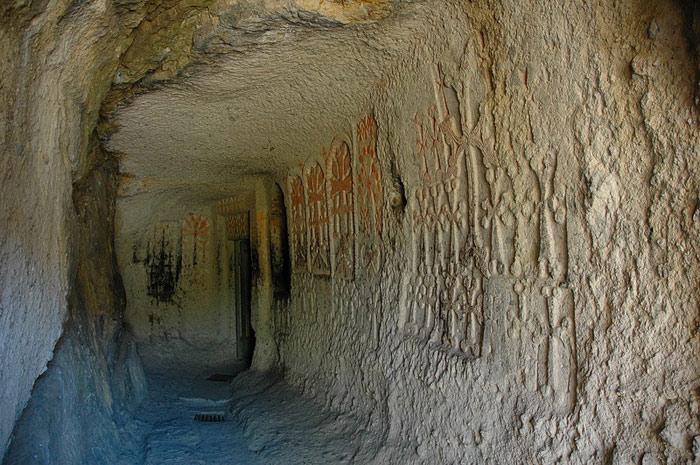 Hành lang bên trong tu viện cũng được chạm khắc