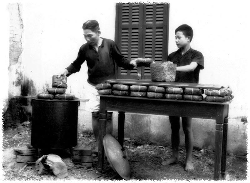 Bánh chưng được luộc trước đêm giao thừa