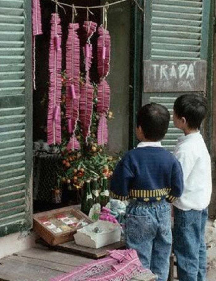 Những đứa trẻ thời bấy giờ luôn bị thu hút bởi những chùm pháo đỏ, hồng tại cửa hàng tạp hóa như thế này.