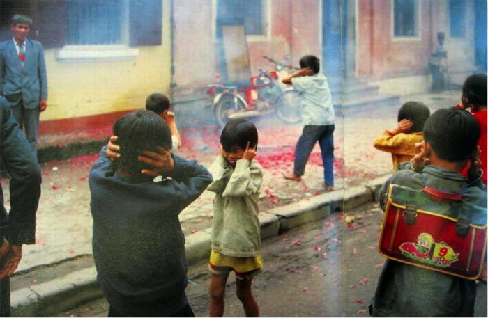 Những đứa trẻ thích thú kiếm tìm với hy vọng nhặt được quả nào chưa nổ trong đống xác pháo rải đầy mặt đất.