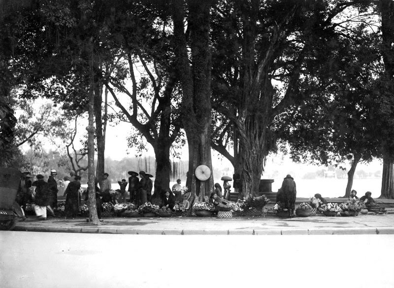 Chợ Tết họp bên Hồ Gươm
