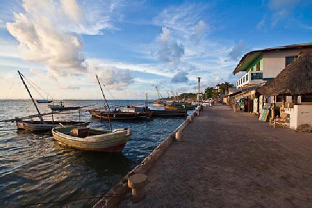 Trong thế kỉ 14, Lamu là một thành phố cảng nhộn nhịp và sôi động tàu thuyền cập bến.