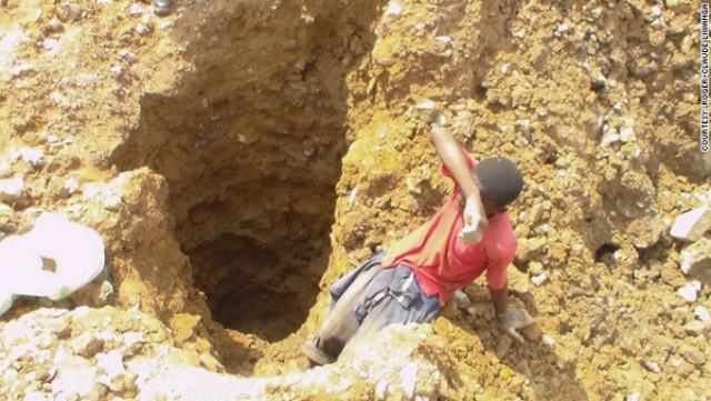 Mỗi nhân công trẻ em nhận được 2USD (khoảng 40 nghìn VNĐ) mỗi ngày để khai thác quặng cobalt.