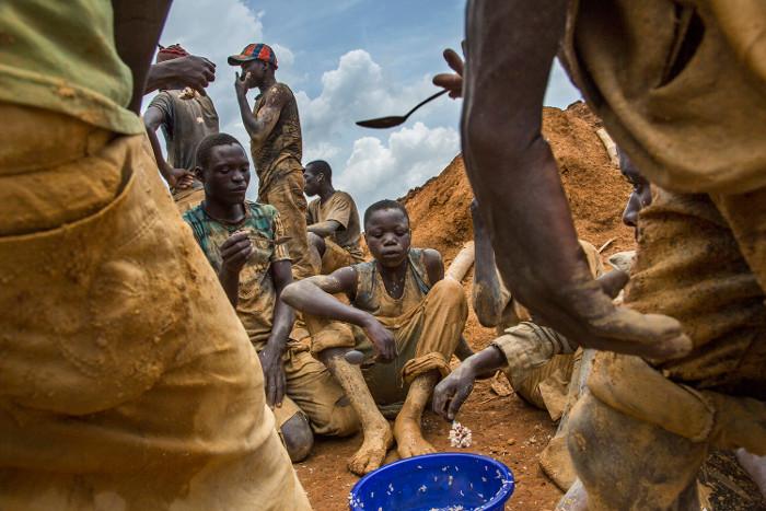 Vì nghèo đói, trẻ em Congo buộc phải đi làm thay vì được đi học.