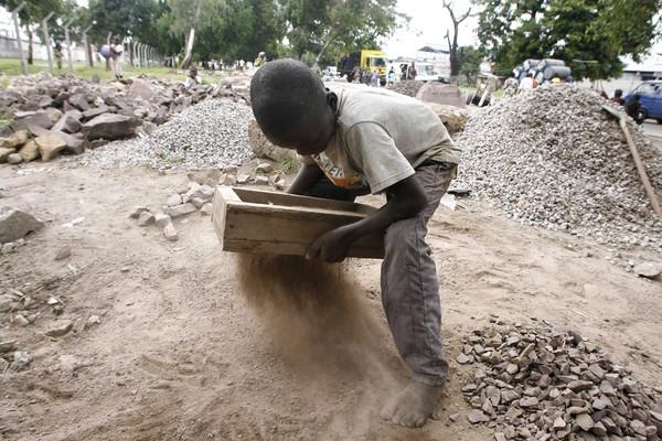 Trẻ em Congo mạo hiểm tính mạng để đi làm pin cho các thiết bị điện tử thông minh của nhân loại.