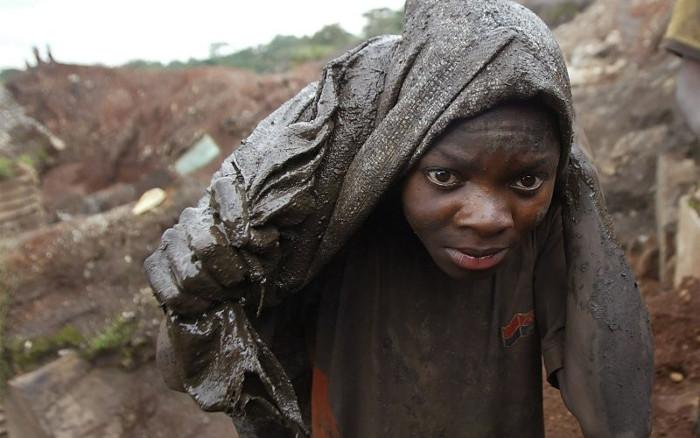 Trẻ em Congo phải chui vào hầm mỏ đi khai thác quặng cobalt làm pin Lithium.