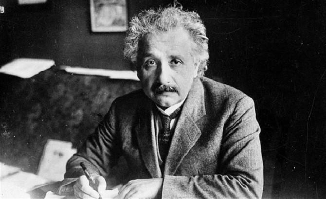 Albert Einstein sống tới năm 76 tuổi.