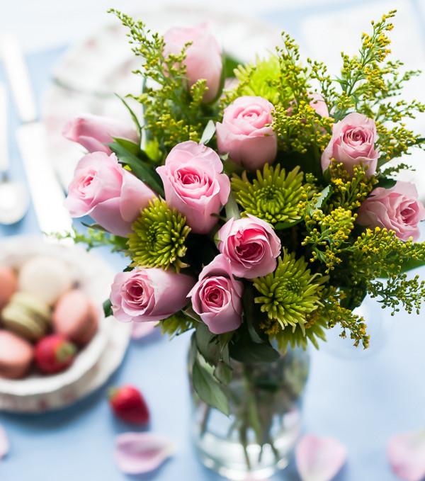 Để giữ hoa chơi Tết được lâu, bạn có thể cho một ít rượu hoặc bia vào bình cắm hoa.