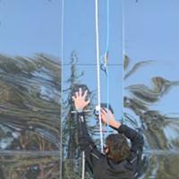 Chế tạo găng tay giúp con người leo được tường kính thẳng đứng