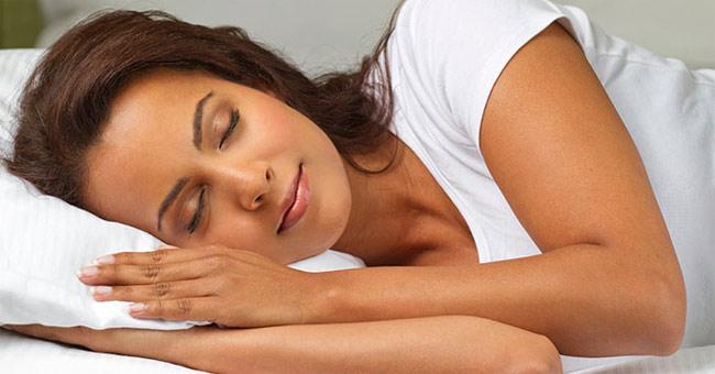 Thường xuyên ngủ muộn sẽ nhanh già và da xấu
