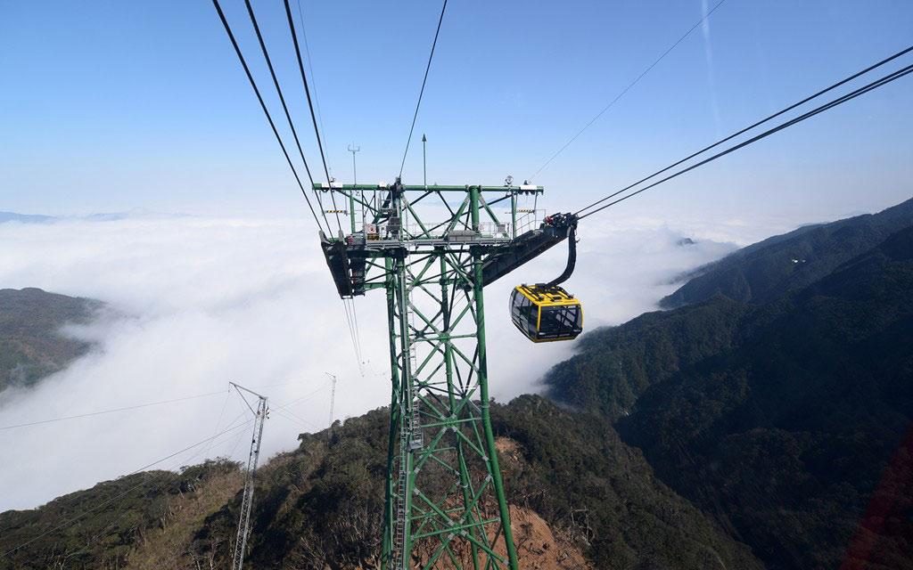 Cáp treo Fansipan Sa Pa, Lào Cai, Việt Nam: Hệ thống cáp treo mới khai trương vào ngày 2/2 đã lập 2 kỷ lục Guiness: Cáp treo ba dây có độ chênh giữa ga đi và ga đến lớn nhất thế giới (1.410 m) và Cáp treo ba dây dài nhất thế giới (6.292,5 m). Cáp treo đưa du khách lên độ cao 3.000 m trên đỉnh núi cao nhất Việt Nam trong 15 phút, cho bạn cơ hội ngắm nhìn biển mây giữa núi rừng hùng vĩ.