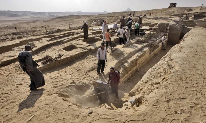Các nhà khảo cổ khai quật một ngôi mộ cổ 4.000 năm tuổi được phát hiện ở Abusir, ngoại ô thủ đô Ai Cập.