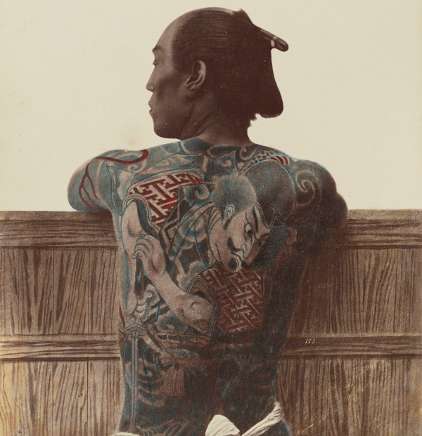 Lưng của một người xăm hình.