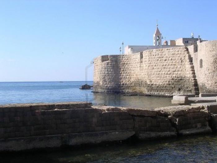 Bức lũy chắn nhằm mục đích phòng thủ được xây dựng ở phía Bắc và phía Đông thành cổ Acre vào những năm 1800 – 1814 bởi Jezzar Pasha