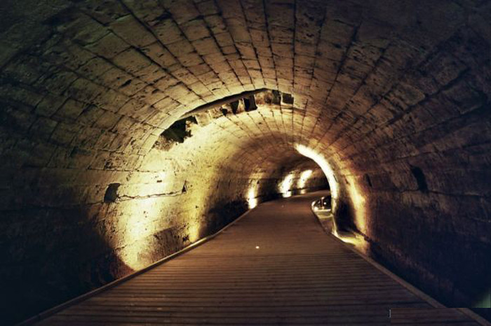 Đường hầm của tu sĩ dòng Đền