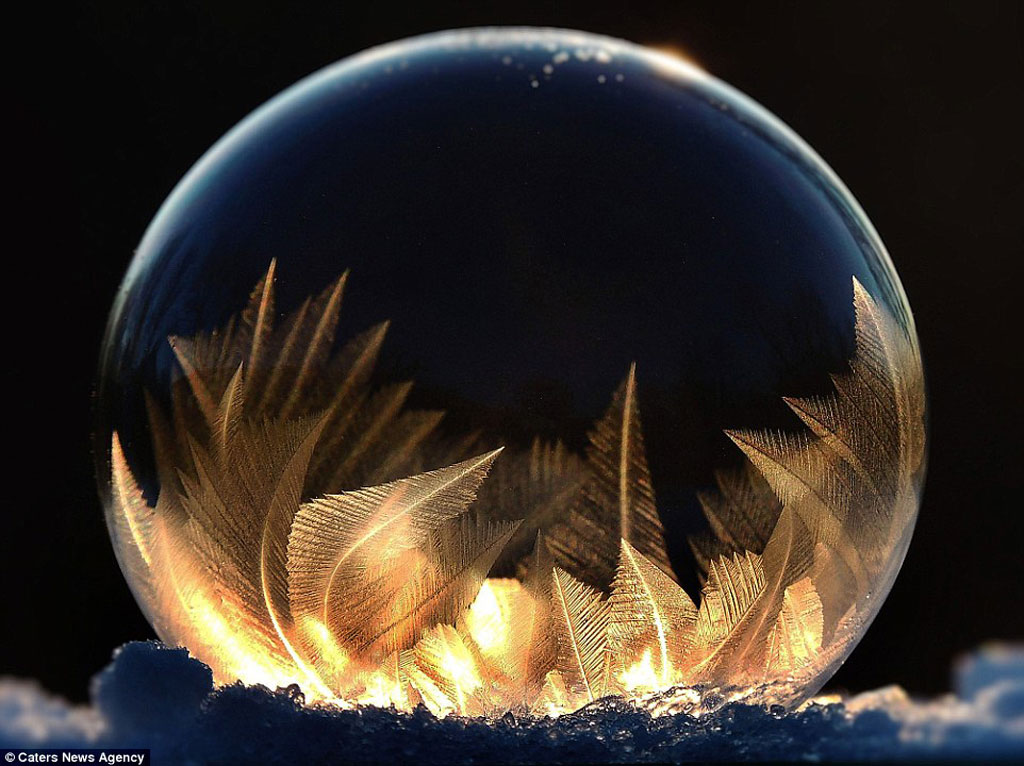 """""""Để chụp được những bức hình này là rất khó - bạn cần một nơi lặng gió và nhiệt độ phải đủ thấp để bong bóng đóng băng. Nếu trời có gió, bong bóng có thể vỡ ngay. Nếu may mắn gió nhẹ hơn chút và bong bóng không vỡ, những tinh thể tuyệt đẹp tựa như hoa tuyết sẽ hình thành bên trong thành bong bóng đấy"""" - Fritz chia sẻ."""
