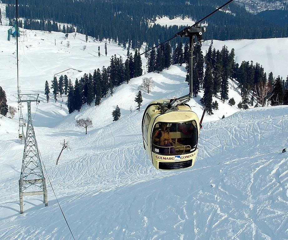 Gulmarg Gondola, Jammu và Kashmir: Cáp treo cao nhất thế giới được xây dựng trên sườn dốc ở độ cao 3.980 m, gần bằng đỉnh Apharwat gần đó. T