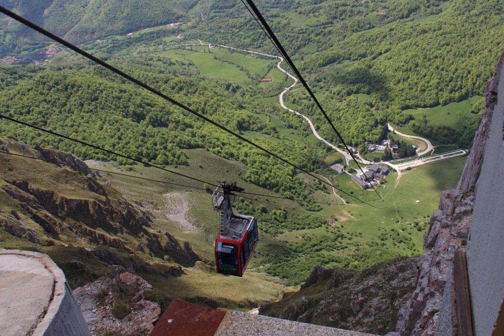 Công viên quốc gia Picos de Europa, Tây Ban Nha: Những ngọn núi hùng vĩ ở phía bắc Tây Ban Nha tạo ra một khung cảnh thiên nhiên tuyệt đẹp. Cáp treo sẽ đưa du khách qua thung lũng đầy nắng ấm và cây xanh của công viên, sau đó lên độ cao 1.840 m. Từ đây, bạn có thể đi bộ tới đài quan sát Aliva để ngắm toàn cảnh thung lũng.