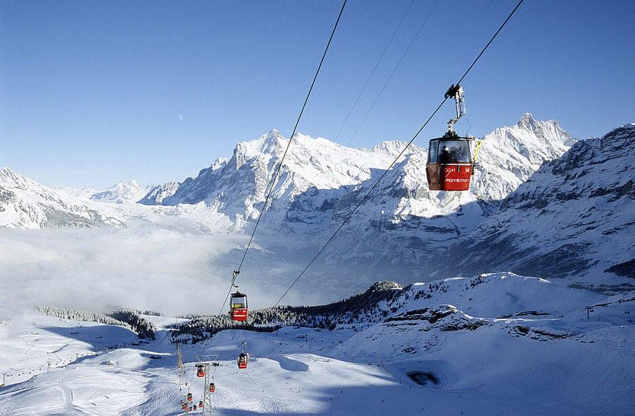 Tuyến cáp Grindelwald-Männlichen, Thụy Sĩ: Một trong những tuyến cáp dài nhất thế giới nối làng Grindelwald-Grund ở độ cao 943 m với Männlichen ở độ cao 2.230 m ở dãy Alps. Trong chuyến đi kéo dài khoảng 30 phút, du khách có thể chiêm ngưỡng những ngọn núi nổi tiếng như Jungfrau và Eiger, hay những thung lũng tuyệt đẹp phía dưới mà không cần phải leo núi hay trượt tuyết.