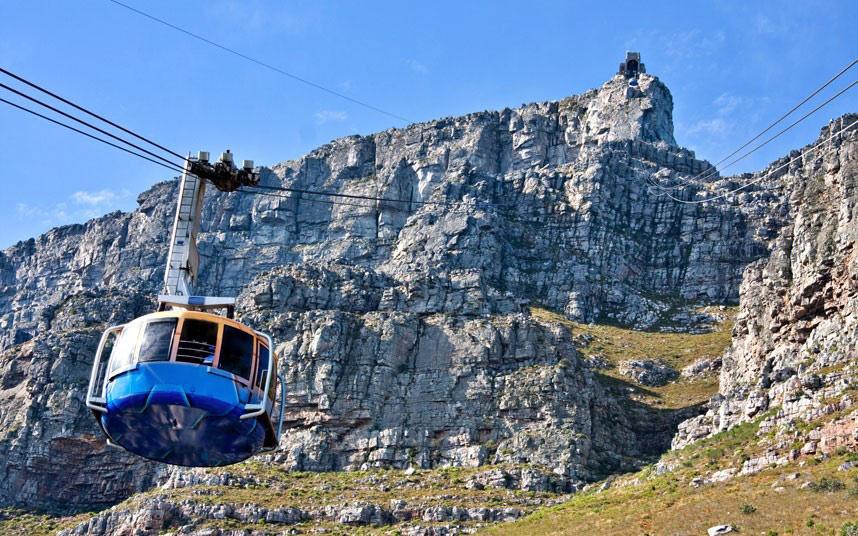 Cape Town, Nam Phi: Cáp treo núi Table có sàn buồng xoay 360 độ, cho du khách ngắm toàn cảnh trong chuyến đi lên núi Table ở độ cao 1.085 m. Khi tới đích, bạn có nhiều lựa chọn, từ đi bộ khám phá ngọn núi, đi dã ngoại hay đơn giản là vãn cảnh. Không khí nơi đây trong lành nhất là vào sáng sớm hoặc chiều muộn