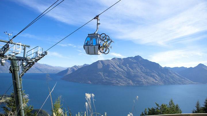 Queenstown, New Zealand: Skyline Queenstown là tuyến cáp treo dốc nhất Nam bán cầu, đưa những du khách mê mạo hiểm tới đỉnh núi Bob ở độ cao 1.748 m. Tại đây, bạn có thể ngắm nhìn khung cảnh hồ Wakatipu tuyệt đẹp, thử trò trượt ván Luge thú vị, hay đi xe đạp trên núi.