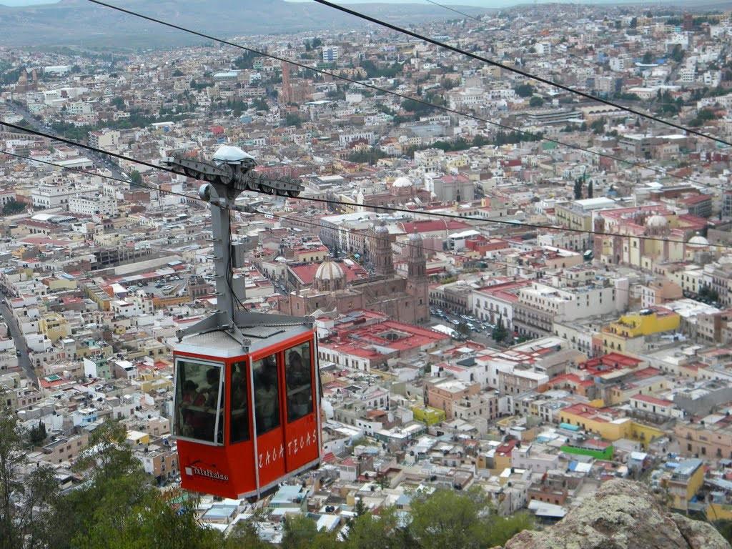 Zacatecas, Mexico: Tuyến cáp treo này hoạt động từ năm 1979 và là một trong những điểm tham quan hút khách nhất thành phố Zacatecas. Với chiều dài 650 m, cáp treo này đưa du khách ngang qua thành phố trong vòng 7 phút, với khung cảnh tuyệt đẹp. Hệ thống có hai ga, một ga nằm ở chân núi Cerro del Grillo và một ga nằm trên núi Cerro de la Bufa. Đi cáp treo này, du khách sẽ được chiêm ngưỡng những con phố, quảng trường, mái vòm với màu sắc tuyệt đẹp của thành phố.
