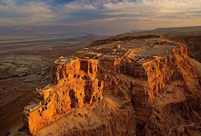 Pháo đài Masada được xây dựng từ một ngọn núi