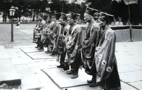 Các quan đại thần trước điện trong lễ Nam Giao.