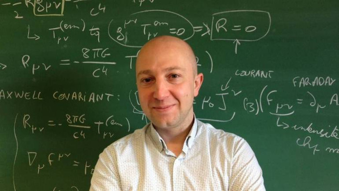 Giáo sư toán học André Füzfa, Đại học Namur, Bỉ.