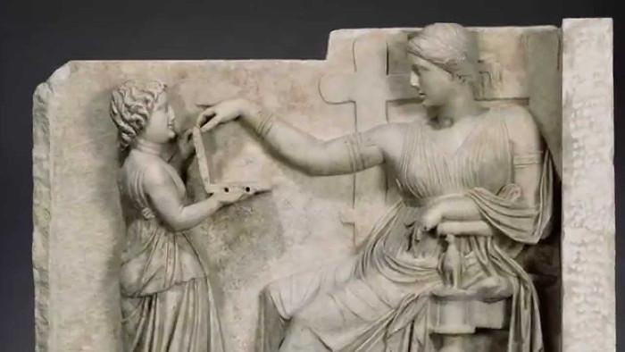 Theo các tài liệu cổ, vật bé gái đang cầm chỉ là một cái hộp phấn, hoặc hộp trang sức.
