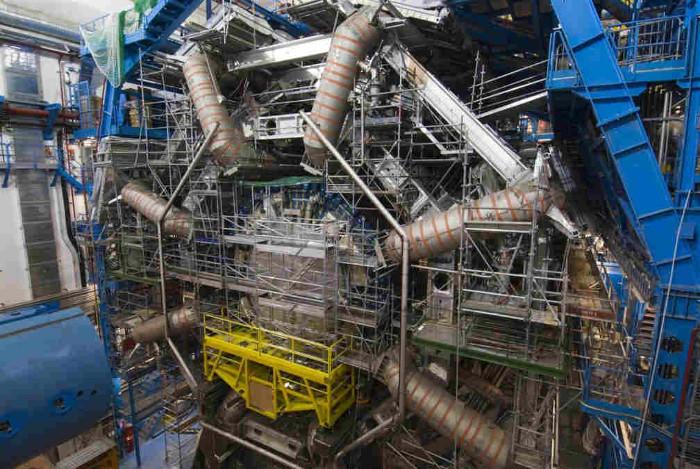 Một nam châm điện siêu dẫn của máy gia tốc hạt Large Hadron Collider.