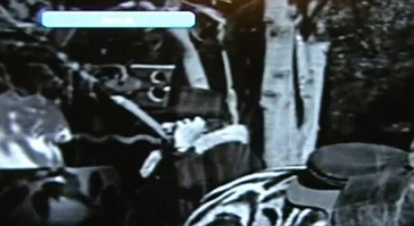 Hình ảnh người phụ nữ nghe điện thoại trong video hài của vua hề Sác Lô.