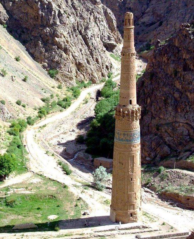 Tọa lạc ở độ cao 1.900m so với mực nước biển tại một vùng đất hẻo lánh, ngọn tháp mọc lên giữa thung lũng gồ ghề ở tỉnh Ghur của Afghanistan.