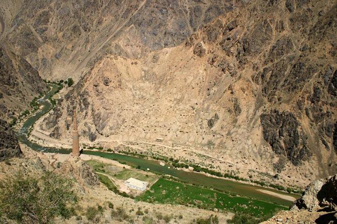 Tại Afghanistan người dân gọi tháp Minerat là tháp nghiêng là bởi sau những ảnh hưởng từ dư trấn, ngọn tháp này hiện nay đã không thể đứng thẳng như xưa.