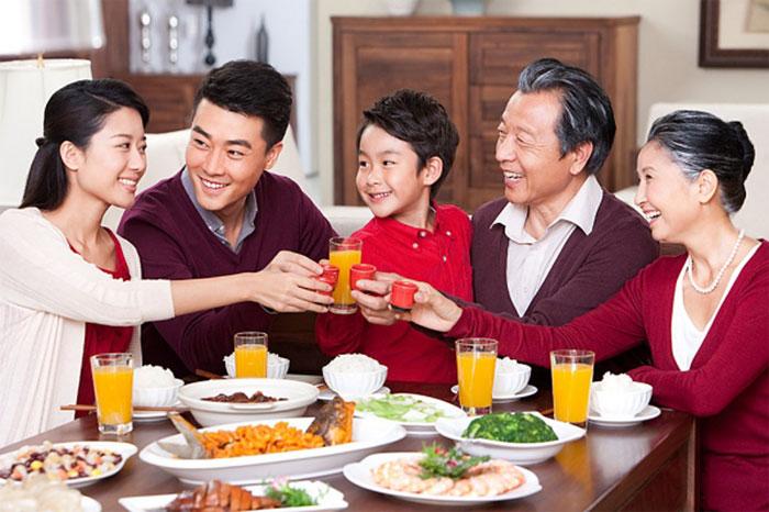 Tiêu thụ nhiều thực phẩm dịp Tết dễ sinh chứng chướng bụng, đầy hơi.