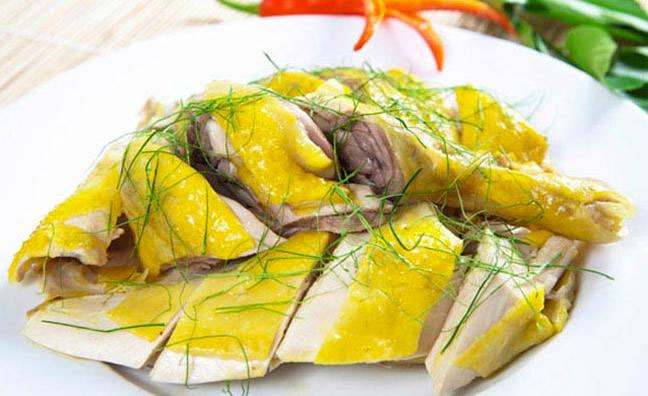 Món gà luộc vàng mềm óng ả sẽ mang đến một khởi đầu thuận lợi, vạn phúc.