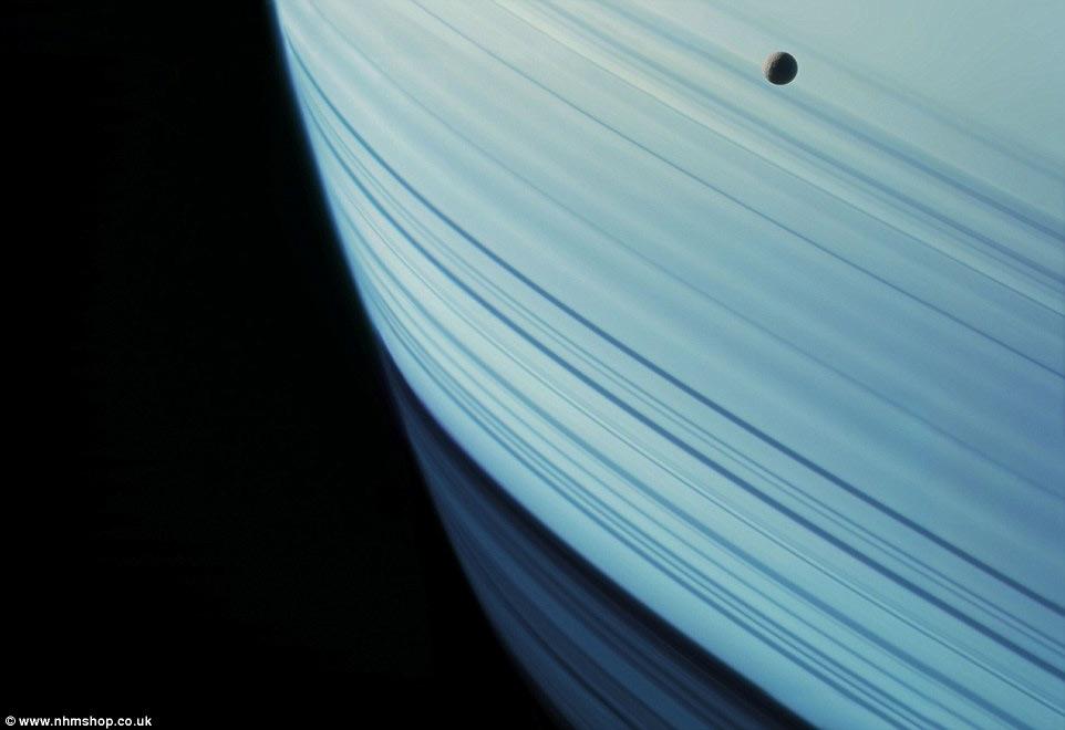 """Mặt trăng Mimas của sao Thổ khi lướt qua """"chiếc vòng"""" quanh bụng hành tinh này"""