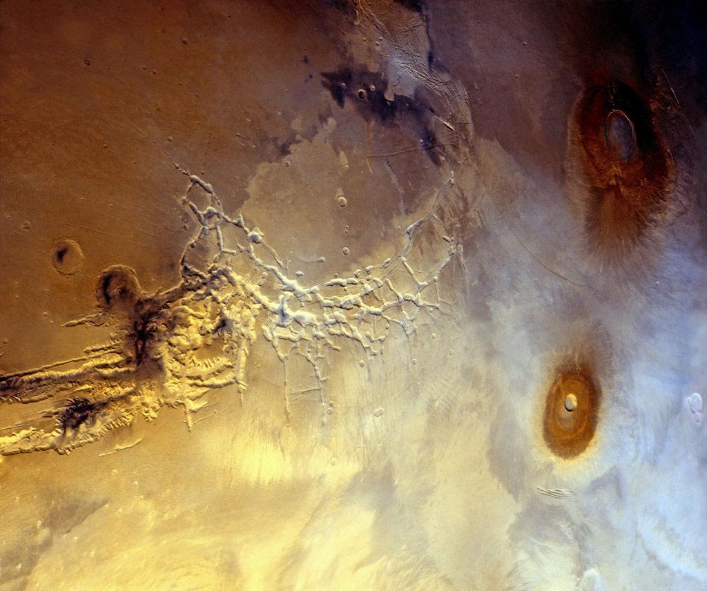 """Bầu khí quyển của Titan - Mặt trăng lớn nhất của sao Mộc. Thành phần chủ yếu của """"đám mây"""" này là khí nitrogen. Ngoài ra, thành phần khí quyển của Titan cũng giúp vệ tinh này hình thành những vệt khói chứa methane và ethane."""