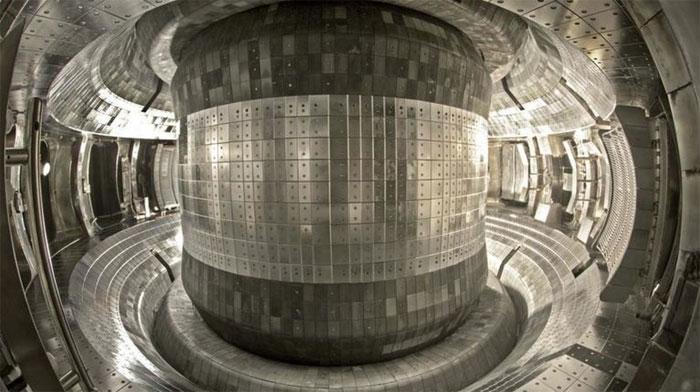 Bên trong lò phản ứng EAST là buồng chân không nơi dòng khí plasma nóng 50 triệu độ được điều khiển bay vòng quanh không chạm vào lớp tường kim loại.