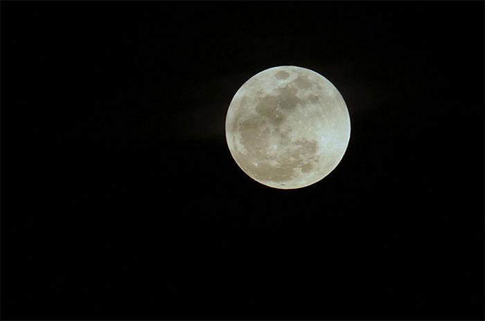 Khi Mặt trăng lên vị trí cao nhất mỗi đêm, lực hấp dẫn từ vệ tinh này có thể làm giảm lượng mưa trên Trái đất.