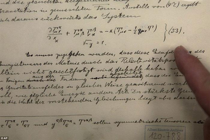 Trong hình là những tài liệu lịch sử ban đầu liên quan đến dự đoán về sự tồn tại của sóng hấp dẫn của Einstein.
