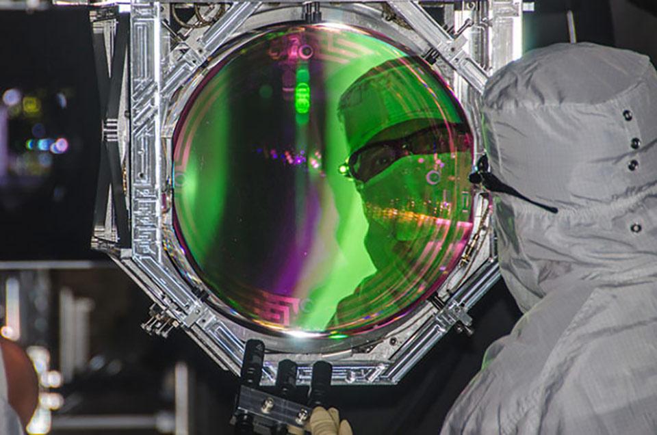 Kiểm tra chất lượng quang học của thấu kính trong LIGO, giá mỗi cái chỉ có nửa triệu đô la