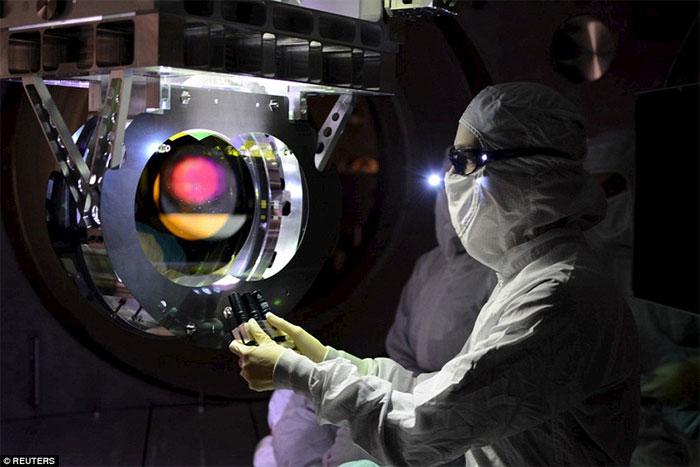 Kỹ thuật viên ở LIGO đang làm việc.