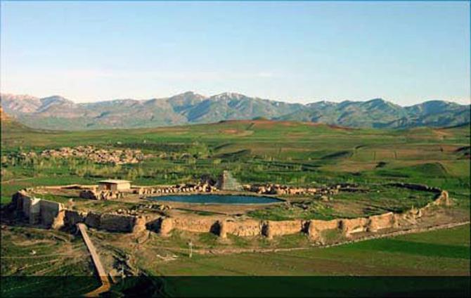 Bao quanh khu vực khảo cổ là bức tường khổng lồ