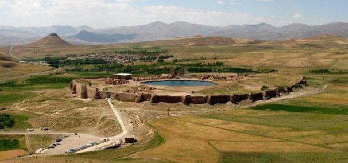 Khu vực khảo cổ Takht-E Soleyman là một quần thể kiến trúc nổi bật của hoàng gia được tạo ra trong thời kỳ Sassanid