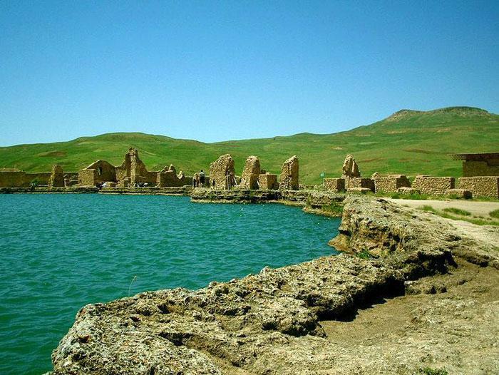 Trung tâm của khu khảo cổ có một hồ nước rộng khoảng 60 mét