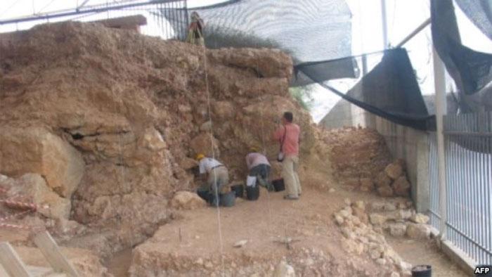 Các nhà khảo cổ đang khai quật tại hang Qesem.